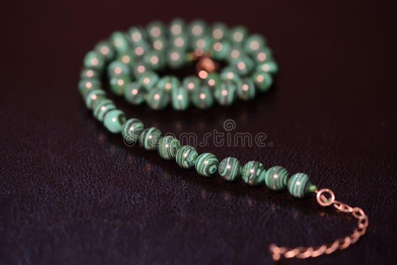 Collar verde de gotas de la malaquita imagen de archivo