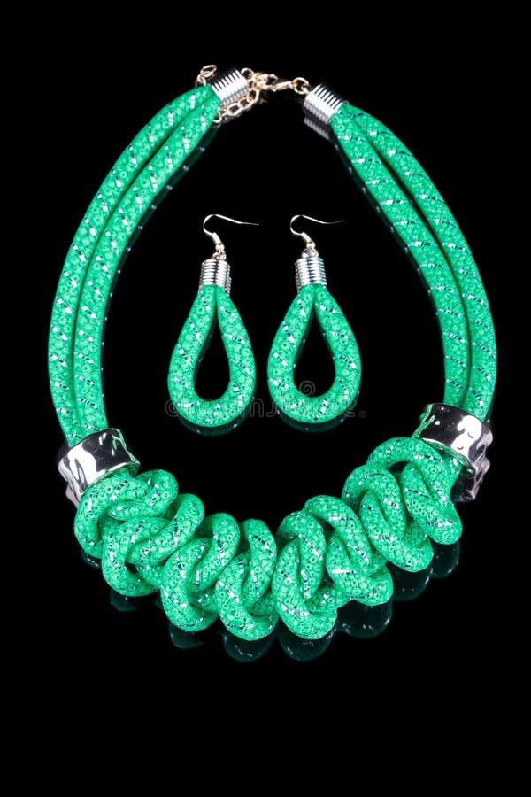 Collar verde de la cuerda En fondo negro ilustración del vector
