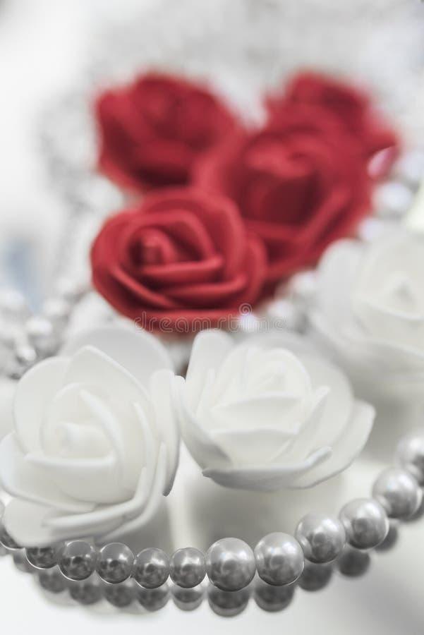 Collar y rosas de la perla fotografía de archivo libre de regalías