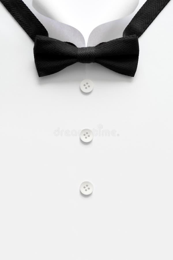 Collare tagliato di carta delle camice dell'uomo Festa del papà o concetto di nozze Copi lo spazio Vista superiore Stile minimali fotografia stock libera da diritti