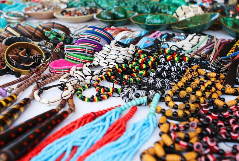 Collares africanos tradicionales coloridos, brazaletes, recuerdos imágenes de archivo libres de regalías