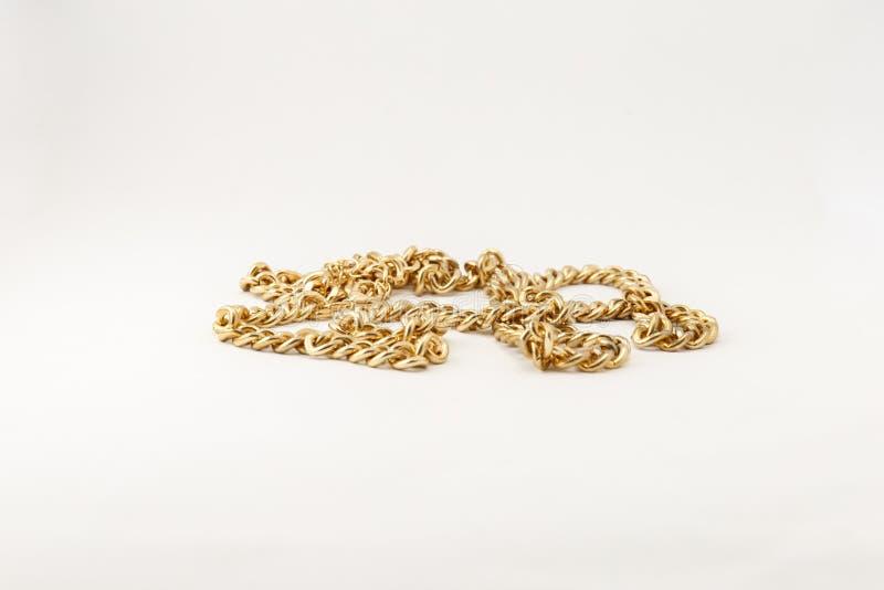 Collares de cadena del oro en una pila fotos de archivo