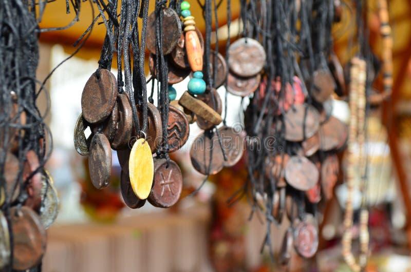 Collares de la joyería del vintage para la venta en un mercado al aire libre fotografía de archivo libre de regalías