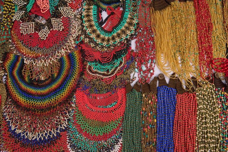 Collares micro indígenas coloridos de la gota en Ecuador imagenes de archivo