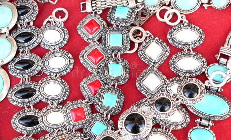 Collares y pulseras de la joyería para la venta en el mercado de pulgas fotografía de archivo libre de regalías