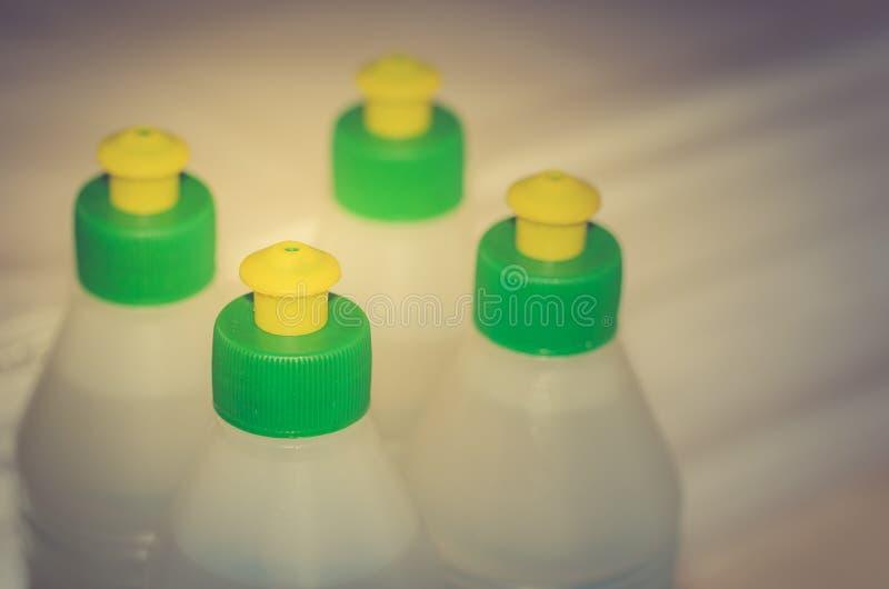 Colle dans des bouteilles en plastique/bouteilles avec la colle de construction photographie stock