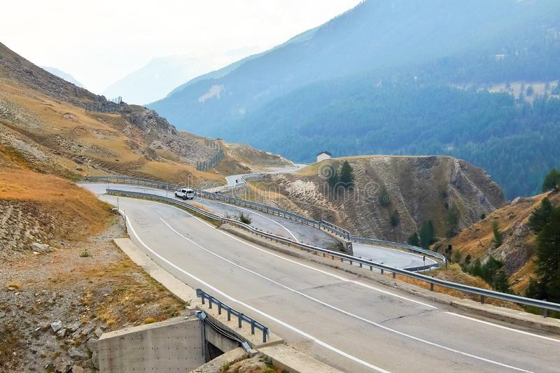 Colle-della Maddalena Piedmont, Italien, Berglandschaft, kurvenreiche Straße auf italienisch-französischer Grenze stockbild