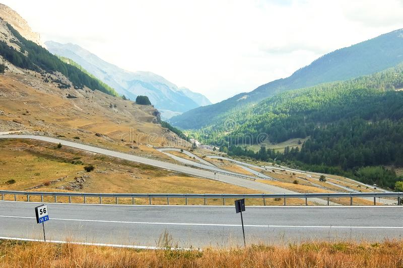 Colle-della Maddalena Piedmont, Italien, Berglandschaft, kurvenreiche Straße auf italienisch-französischer Grenze stockfoto