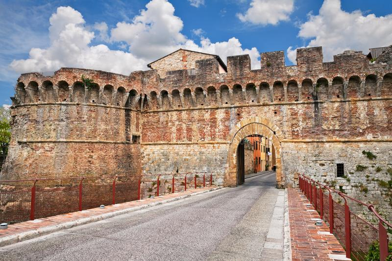 Colle di Val d& x27; Elsa Siena, Tuscany, Italien: väggarna för forntida stad och stadsporten royaltyfri fotografi