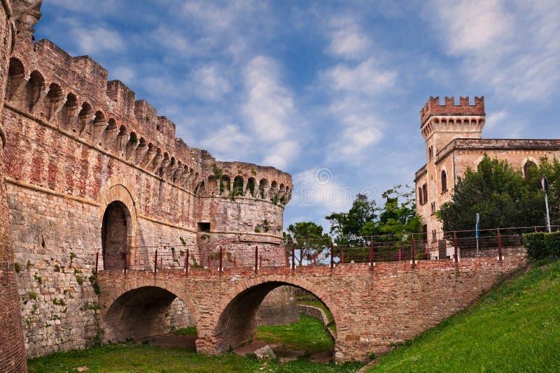 Colle Di Val d ` Elsa, Siena, Tuscany, Włochy: antycznego miasta ściany z fosą, mostem i miasto bramą, obrazy stock
