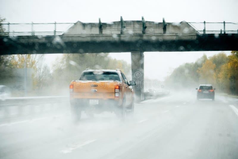 Collecte de Ford Ranger conduisant sur la forte pluie photo libre de droits