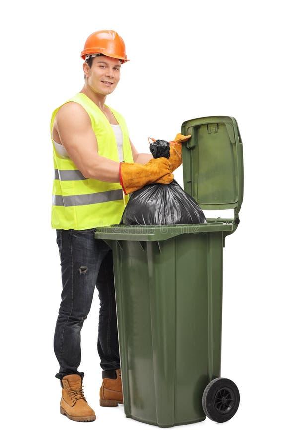 Collecteur de rebut vidant une poubelle de déchets image libre de droits