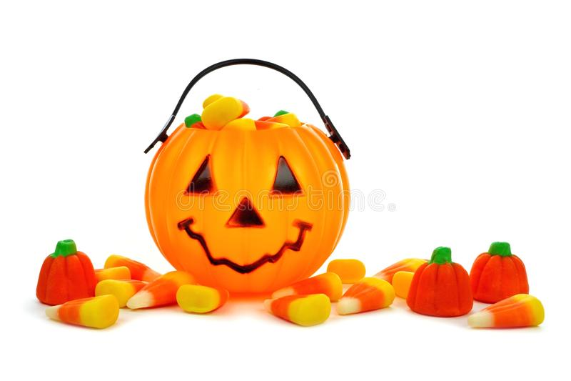 Collecteur de sucrerie de lanterne de Halloween Jack o avec les sucreries dispersées images stock