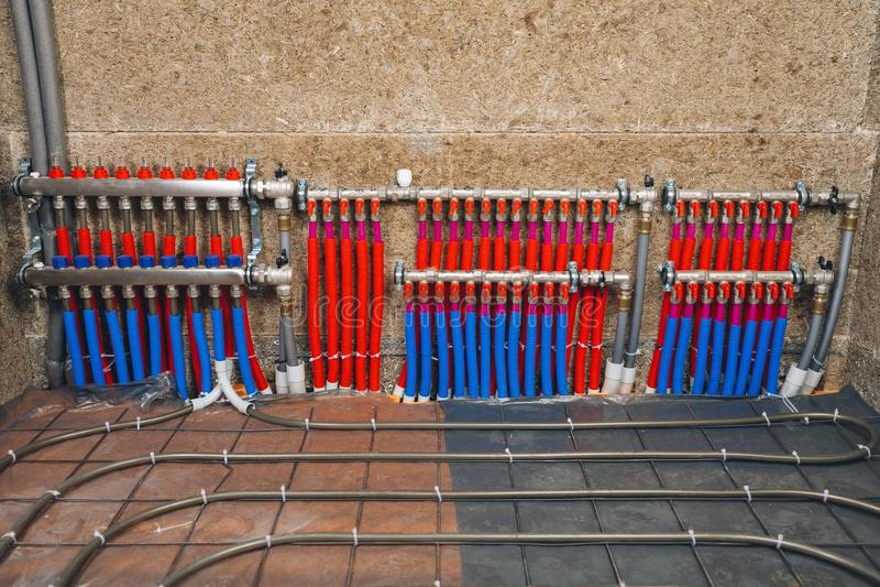 Collecteur de tuyaux de système de chauffage par le sol photographie stock
