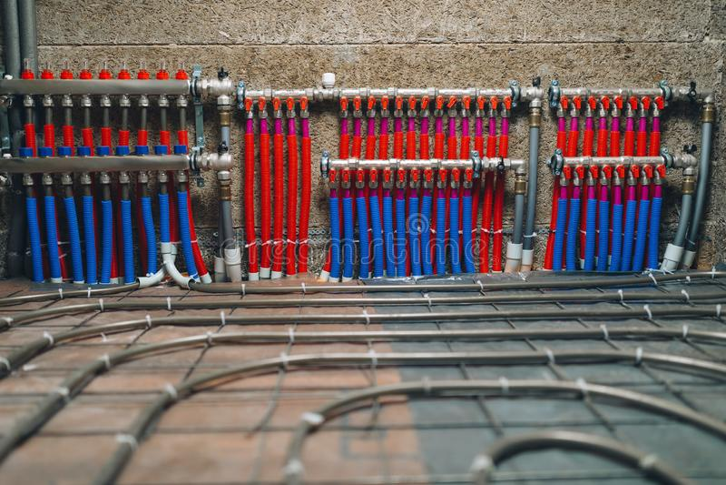 Collecteur de tuyaux de système de chauffage par le sol photographie stock libre de droits