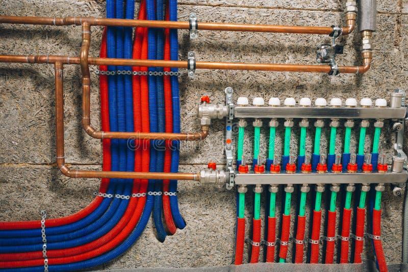 Collecteur divers avec des tuyaux de système de chauffage par le sol photos stock