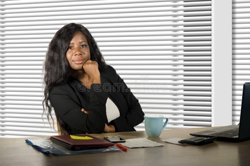 Collectief bedrijfsportret van jonge mooie en zekere zwarte Afrikaanse Amerikaanse onderneemster die bij het bureau van de bureau stock fotografie