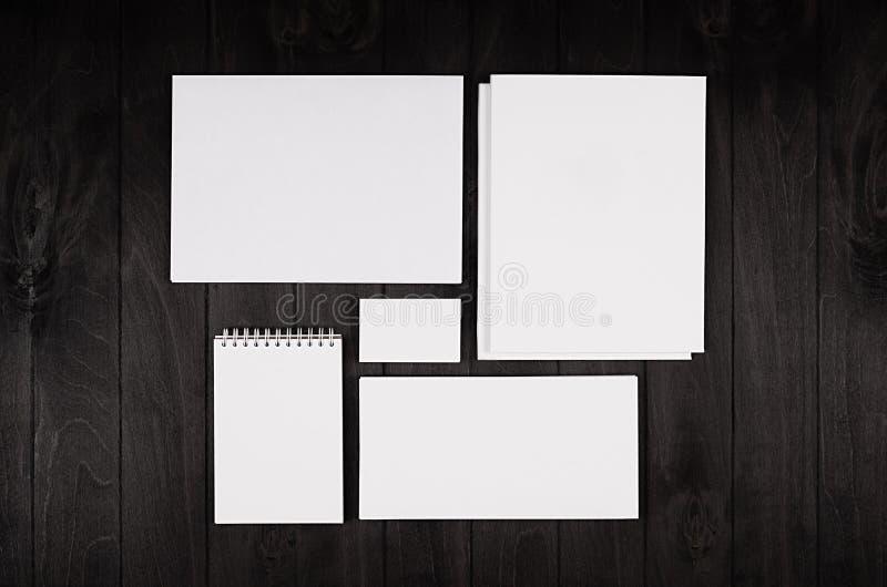 Collectief die identiteitsmalplaatje, kantoorbehoeften op zwarte modieuze houten achtergrond wordt geplaatst Spot omhoog voor het stock fotografie