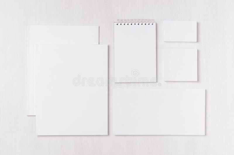 Collectief identiteitsmalplaatje met zwarte die Witboekkantoorbehoeften op zachte witte elegantie houten raad wordt geplaatst stock foto's