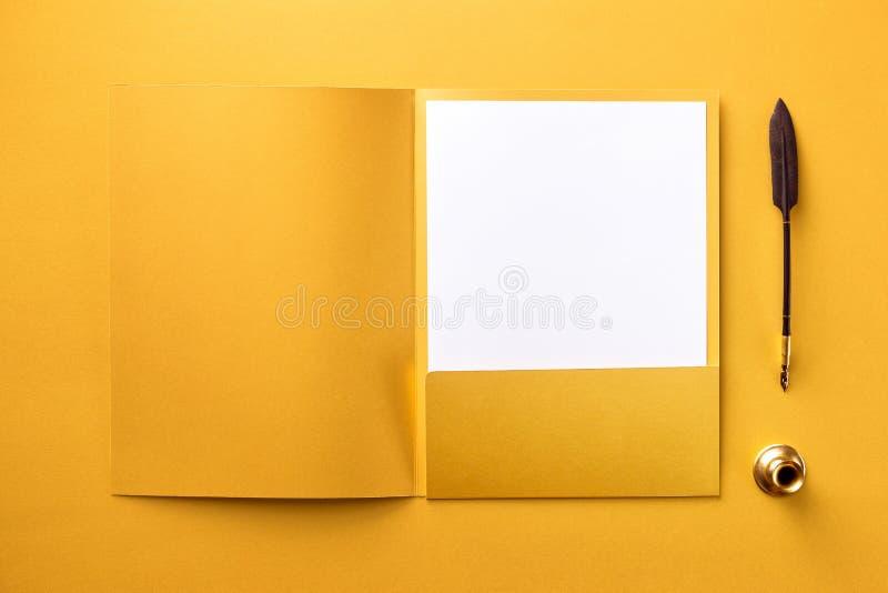 Collectief kantoorbehoeften vastgesteld model bij gouden geweven document achtergrond stock afbeelding