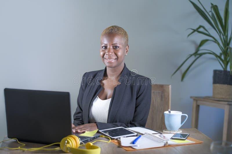 Collectief portret van gelukkige succesvolle zwarte afro Amerikaanse onderneemster die in bureau vrolijk glimlachen werken hebben royalty-vrije stock afbeeldingen