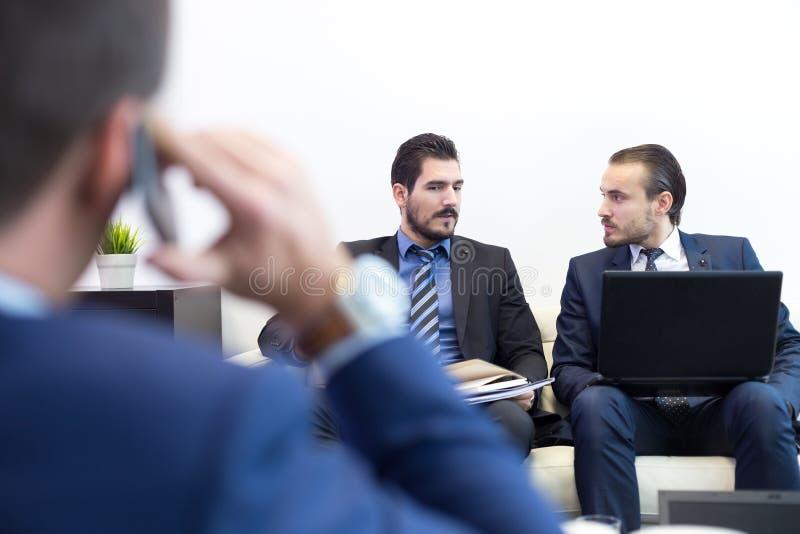 Collectieve bedrijfsteam en manager op commerciële vergadering royalty-vrije stock afbeeldingen