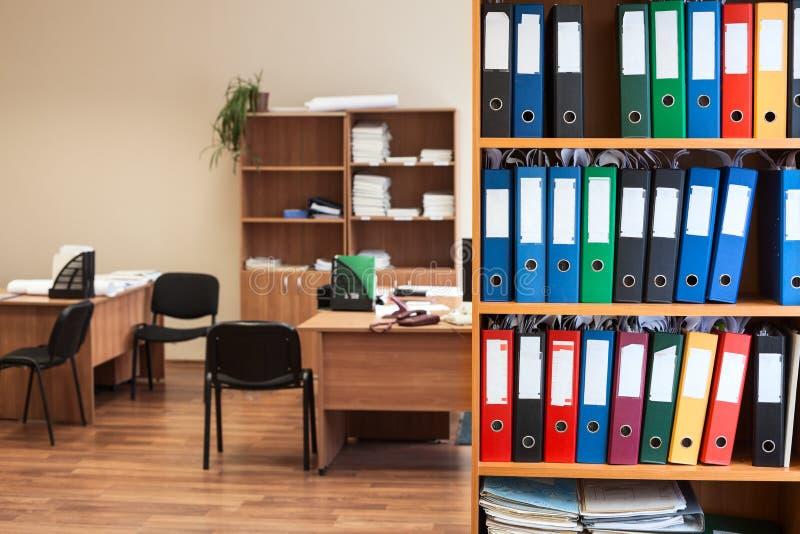 Collectieve bureauruimte met opslag van kleurenomslagen als archief, niemand stock fotografie