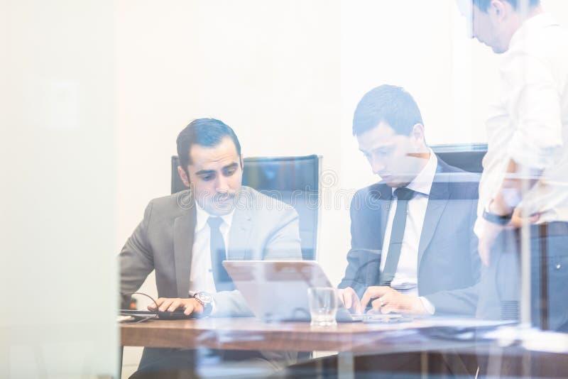 Collectieve businessteam die in modern bureau werken stock fotografie