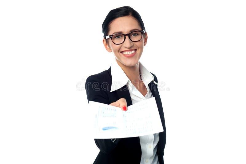 Collectieve dame die de documenten tonen stock fotografie