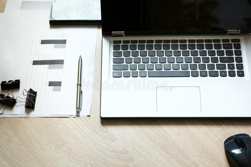 Collectieve identiteitsspot omhoog op een bureau met laptop en documentatie met grafiek royalty-vrije stock foto's