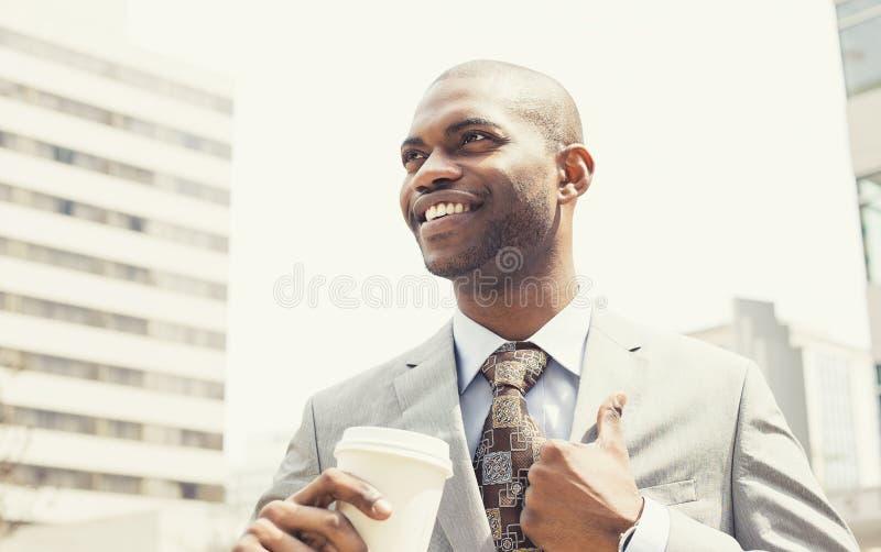 Collectieve mens het drinken koffie in zon die zich openlucht bevinden royalty-vrije stock foto's