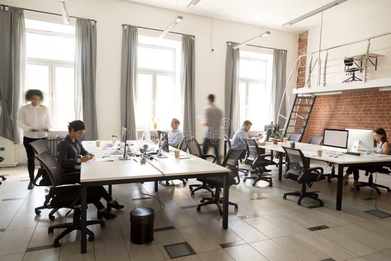 Collectieve personeelswerknemers die samen gebruikend computers bij mede werken stock afbeeldingen
