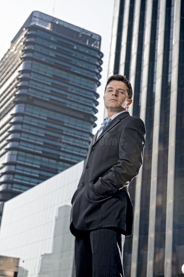 Collectieve portret jonge aantrekkelijke zakenman die zich in openlucht met houding bevinden royalty-vrije stock foto