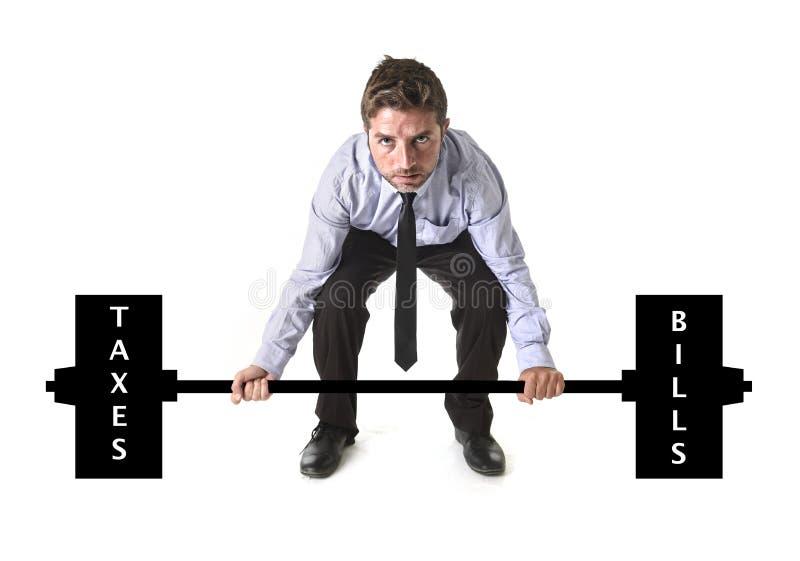 Collectieve samenstelling die van jonge aantrekkelijke zakenmanmacht zware gewichtenbelastingen en rekeningen opheffen royalty-vrije stock afbeelding