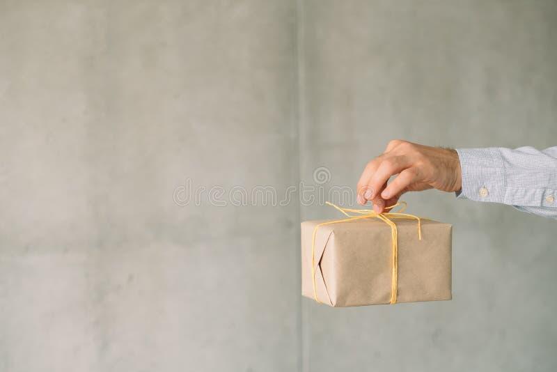 Collectieve van de de giftdoos van de verjaardagspartij beige de mensenhand royalty-vrije stock fotografie