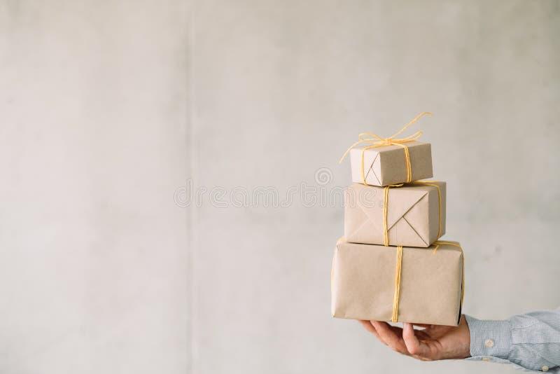 Collectieve van de giftdozen van de verjaardagspartij beige de mensenhand royalty-vrije stock foto