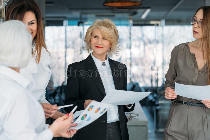 Collectieve vergaderings succesvolle bedrijfsvrouwen royalty-vrije stock fotografie