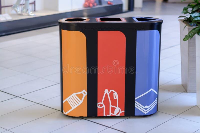 Collection boîte-distincte de déchets pour la conservation de réutiliser-nature photo libre de droits
