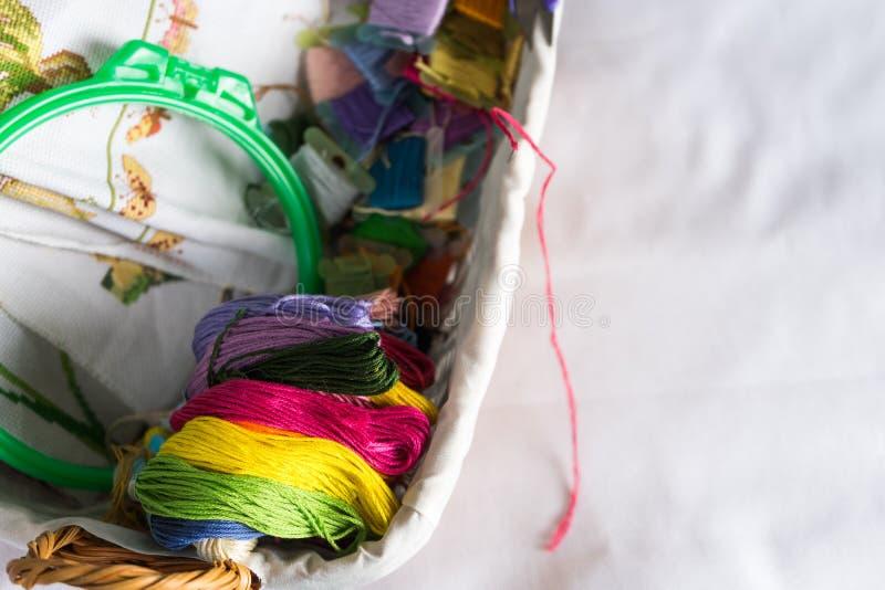 Collection d'accessoires de couture - toile, cercle, mouline de fil Vue supérieure photo libre de droits