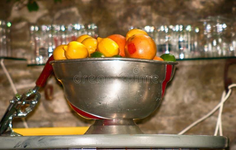 Collection d'oranges et de citrons dans une cuvette en métal images libres de droits