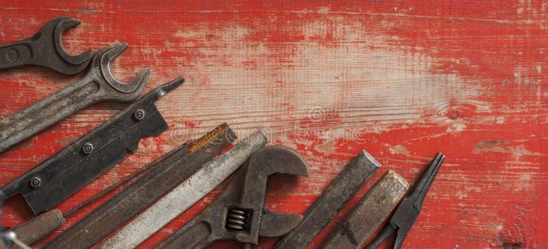 Collection d'outils de menuiserie de vintage sur un vieil établi : travail du bois, art et concept de travail manuel, configurati image libre de droits