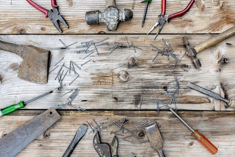 Collection d'outils de travail du bois de vintage sur un établi rugueux et photos stock