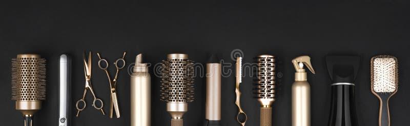 Collection d'outils professionnels de raboteuse de cheveux disposés sur le fond foncé photo libre de droits