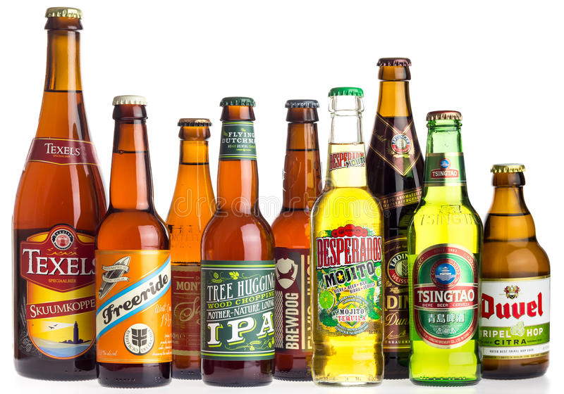 Collection de bières de partout dans le monde sur le blanc photo stock