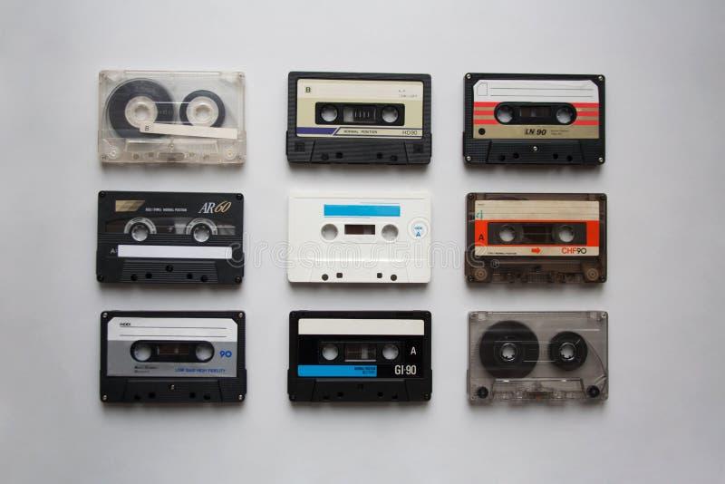 Collection de cassettes sonores sur le fond blanc d'en haut images stock