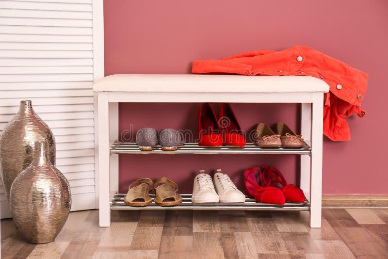 Collection de chaussures élégantes sur le stockage en rayons image stock