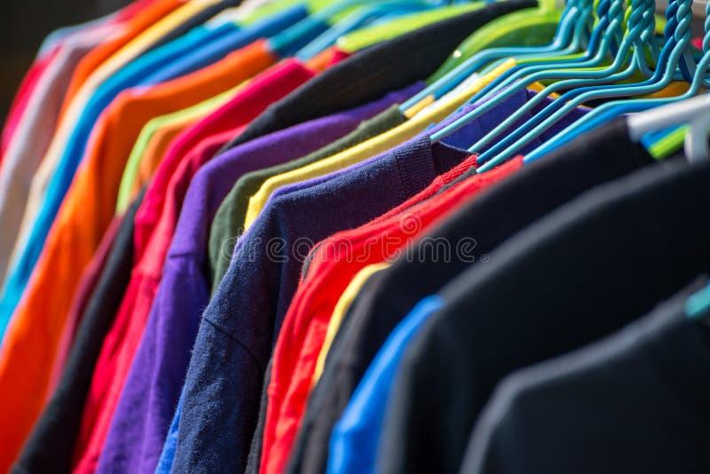 Collection de chemises colorées sur des cintres photographie stock