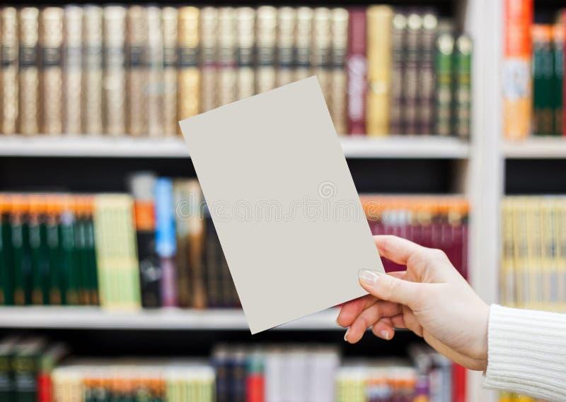 collection de divers livres blancs sur fond blanc un livre sous la bibliothèque photo stock