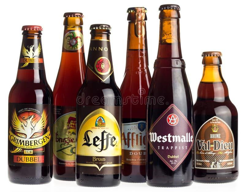 Collection de doubles bières sur le blanc photographie stock libre de droits