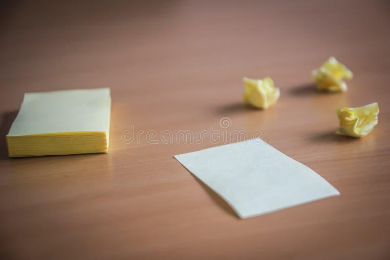 Collection de groupe de goupilles et de papier de note et papiers lâches sur le conseil en bois vue de côté prête à remplir votre photo libre de droits